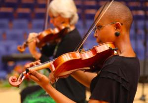 MUSIEK VIR JOU ORE Twee vioolspelers wat by die Konservatorium optree. Foto: Verskaf