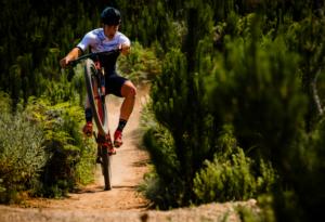 ROCK DAAI LYFIE Jarrod van den Heever is parmantig op een van Stellenbosch se fietsroetes. Foto: Jacques Grobler